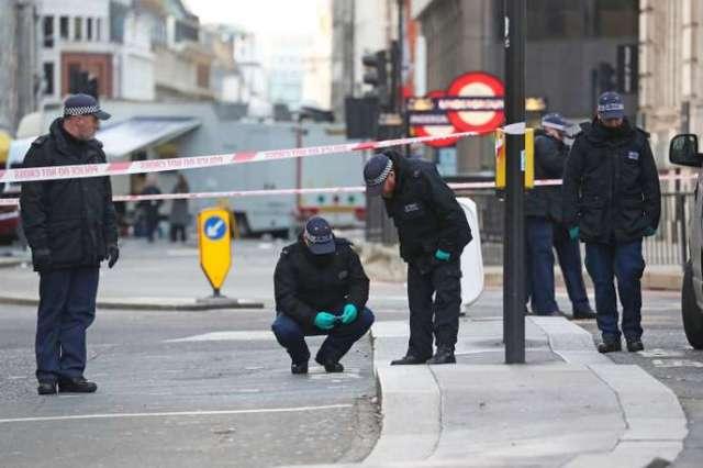 Des policiers inspectent le London Bridge, samedi 30 novembre.