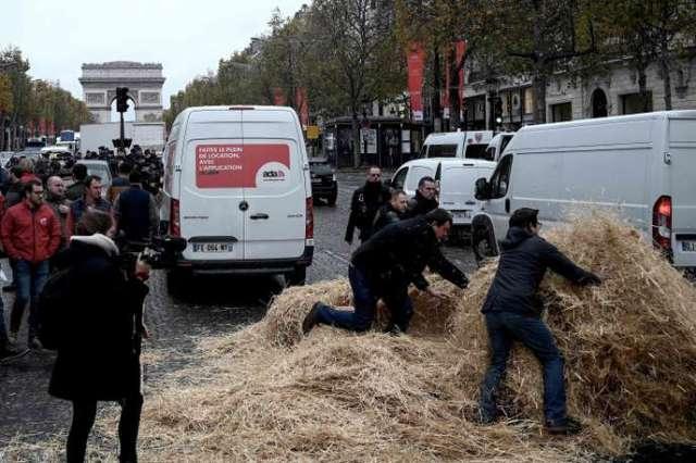 Sur l'avenue des Champs-Elysée, dans la matinée de mercredi 27 novembre.