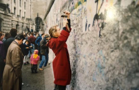 Sandra De Rouck essaie de casser des morceaux de mur, le 10 novembre 1989.
