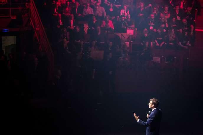Emmanuel Macron lors d'un débat avec plusieurs centaines de jeunes picards, au cirque d'Amiens, le 21 novembre.