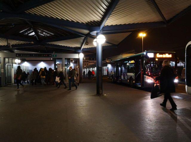 Les passagers dans l'attente des bus à la gare routière de la gare du Nord/Sébastian Compagnon