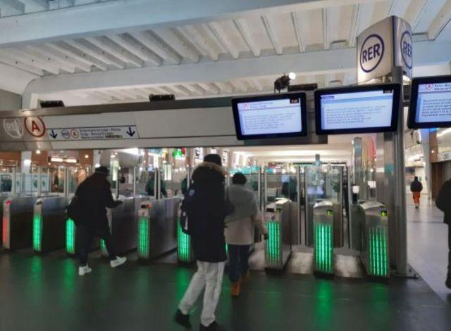 L'accès au RER à La Défense LP/Florence Hubin