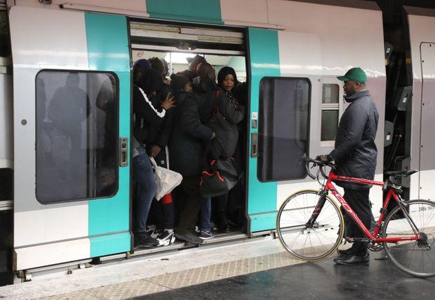 En région parisienne, le trafic RATP est à nouveau très perturbé lundi 9...