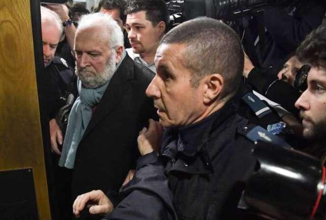 Face à ses victimes, Bernard Preynat, comme depuis le début de son procès, reconnaît partiellement les faits et leur demande pardon.