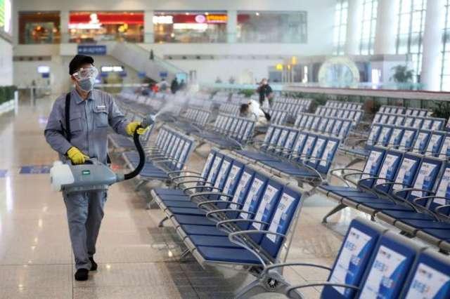 Désinfection d'une salle d'attente de la gare de Nanjing, dans la province de Jiangsu en Chine, le 27 janvier.