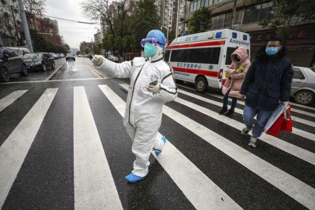 A Wuhan, le 26 janvier, des patients sont guidés vers un hôpital.