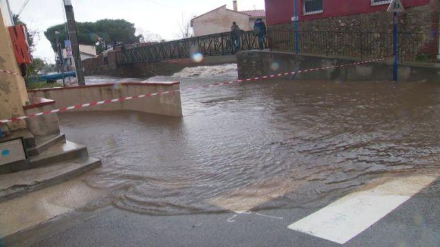 Rue inondée à Argelès-sur-Mer, au bord de la Massane, le matin du mercredi 22 janvier. / © FTV / C. Llambrich