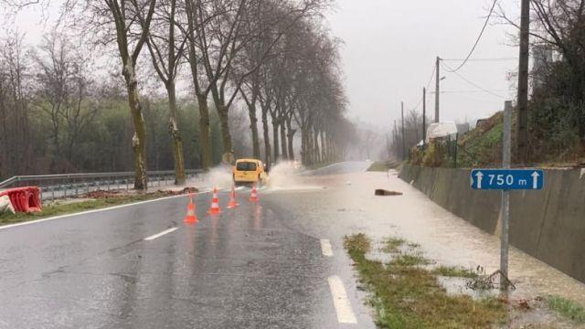 Sur la D118 entre Couiza et Alet-les-Bains, les voies commencent à être inondées, ce mercredi 22 janvier à la mi-journée. / © FTV / A. Grellier