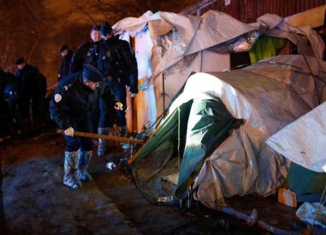 Les policiers inspectent les tentes pendant l'évacuation du campement de la Porte d'Aubervillers, à Paris, le 28 janvier 2020.