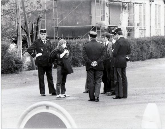 Murielle Bolle entourée des gendarmes et du juge Lambert le 7 novembre 1984.