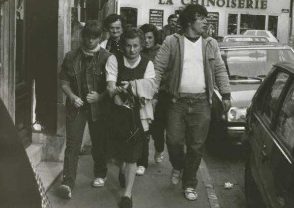 Murielle Bolle (à gauche) accompagnée par l\'un de ses frères et sa mère le jour de sa confrontation avec Bernard Laroche, le 9 novembre 1984, à Nancy (Meurthe-et-Moselle).