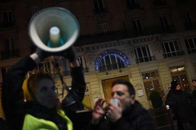 Des manifestants opposés à la réforme des retraites devant le théâtre des Bouffes du Nord (Paris), où Emmanuel Macron assistait à une représentation, le 17 janvier.