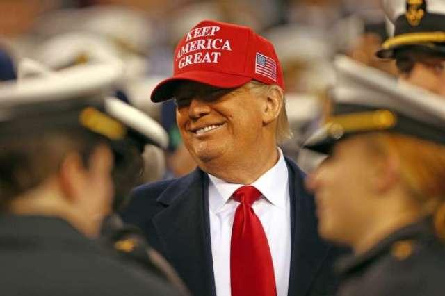 Le président Donald Trump souriant à de jeunes aspirants marines au stade de football américain Lincoln Financial Field, à Philadelphie, le 14 décembre.