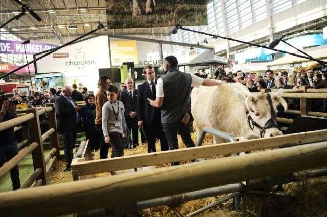 Le président de la République, Emmanuel Macron, lors de son passage au Salon de l'agriculture, porte de Versailles à Paris, le 22 février.
