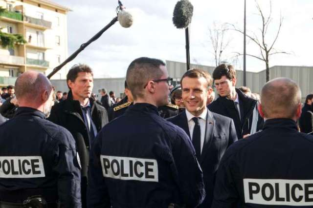 « On doit lutter contre le séparatisme parce que quand la République ne tient pas ses promesses, d'autres essaient de la remplacer», a déclaré Emmanuel Macron, le 18février, à Mulhouse. Il a par ailleurs rencontré des policiers du quartier de Bourtzwiller.