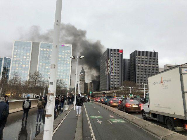 La fumée noire au-dessus de la gare de Lyon perceptible depuis un pont /LP