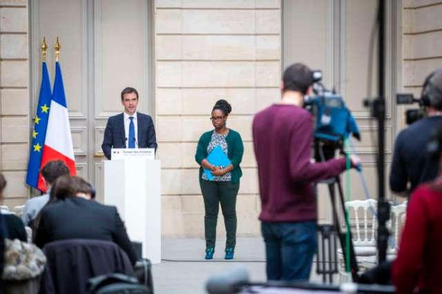 Sibeth Ndiaye, porte-parole du gouvernement, et Olivier Véran, ministre de la santé, lors de la conférence de presse à la suite duconseil des ministres extraordinaire, samedi 29février.