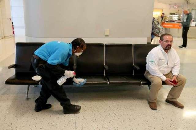 Hardy Williams désinfecte le terminal des arrivées à l'aéroport de Dallas, le 13 mars.