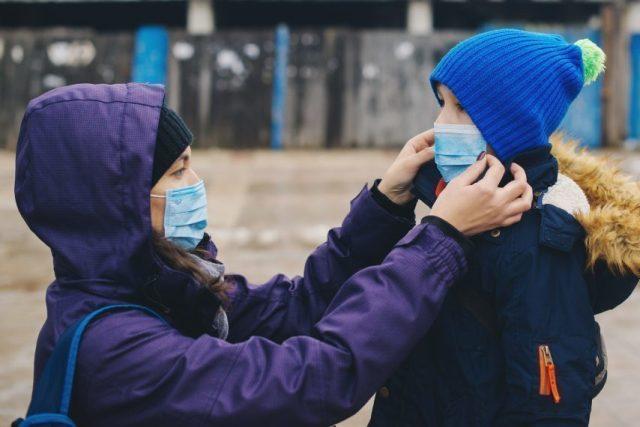 Le port du masque de protection est recommandé uniquement pour les personnes ayant séjourné dans les zones identifiées « à risque » et/ou malades.