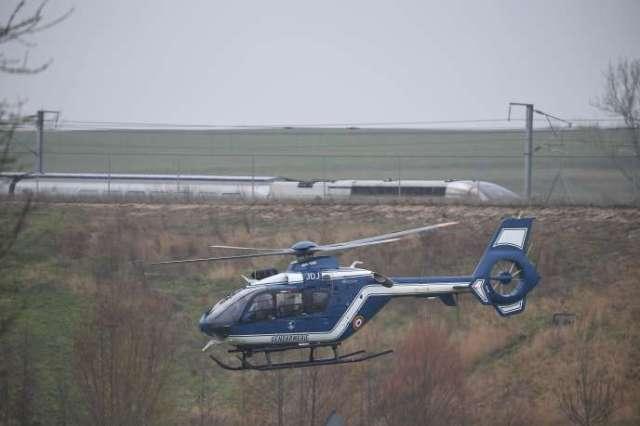 Un hélicoptère de la gendarmerie près du TGV qui a déraillé au nord de Strasbourg, jeudi 5 mars.