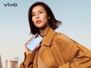vivo X30 Pro in the hands of Liu Wen