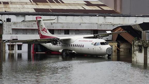 Un avion stationné à l\'aéroport international Netaji-Subhash-Chandra-Bose de Calcutta (Inde), jeudi 21 mai 2020, après le passage du cyclone Amphan.