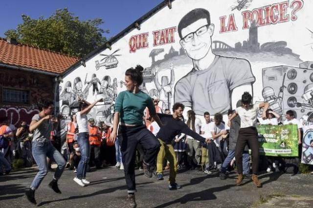 Des danses en hommage à Steve au pied de la fresque.