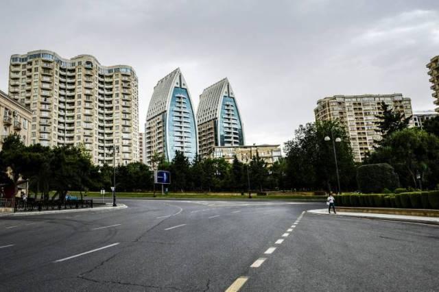 Dans une rue déserte de Baku, le 21 juin 2020, alors que le gouvernement a décidé d'une nouvelle phase de coinfinement ( AFP / TOFIK BABAYEV )