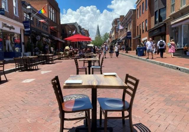 Tables de restaurant disposées à l'extérieur, en prenant en compte la distance sanitaire, à Annapolis, dans le Maryland (Etats-Unis), le 21 juin 2020 ( AFP / Daniel SLIM )
