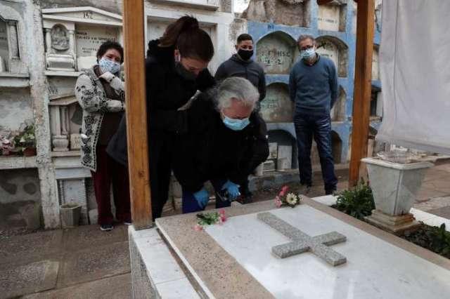 Un enterrement à Santiago (Chili), le 19 juin.