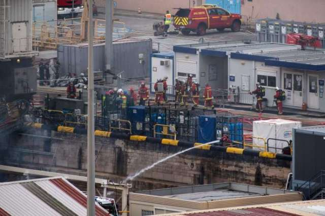 Des pompiers s'affairent autour du« Perle», sur la base navale de Toulon, le 12 juin.