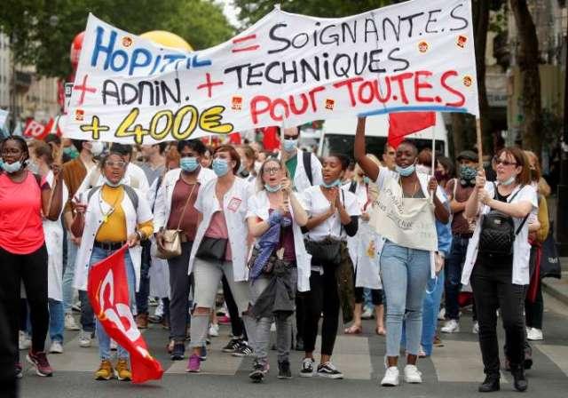 Des personnels hospitaliers participent à une manifestation à Paris pour demander au gouvernement d'améliorer les salaires et d'investir dans les hôpitaux publics, le 30 juin 2020.
