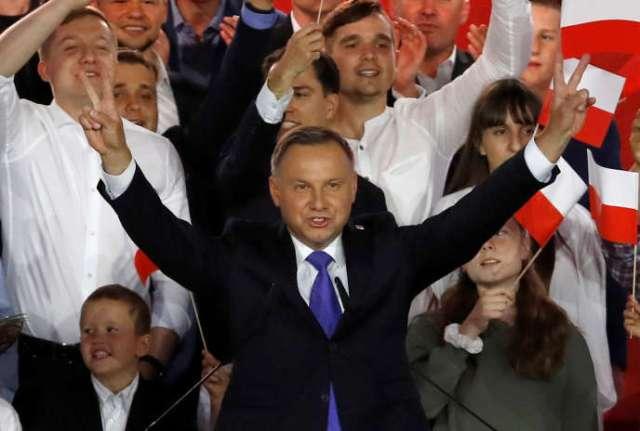Le président Andrzej Duda se réjouit de son avance dans les sondages à la sortie des urnes, à Pultusk (Pologne), le 12 juillet.