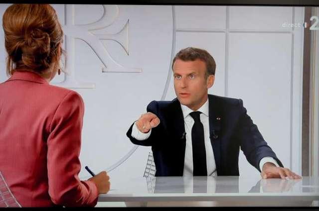 Le président Macron répond aux journalistes Léa Salamé et Gilles Bouleau, à l'Elysée, le 14 juillet.