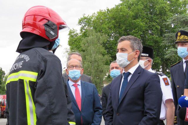 Etampes (Essonne), ce mercredi. Au lendemain de l'attaque, le ministre de l'Intérieur, Gérald Darmanin, est venu témoigner son soutien aux pompiers./LP/Florian Garcia