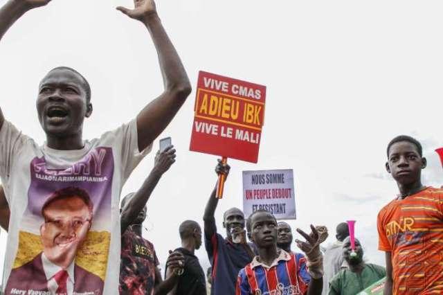 Des Maliens manifestent sur la place de l'indépendance à Bamako, le 18 août.