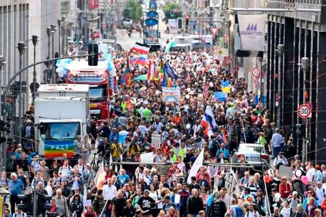 Des manifestants participent à un rassemblement organisée par des membres d'extrême droite pour protester contre les restrictions liées à la nouvelle pandémie de Covid-19, le 29 août 2020 à Berlin.