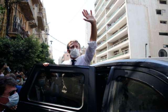 Emmanuel Macron salue la foule lors de sa visite à Beyrouth, deux jours après que la ville a été frappée par une double explosion, le 6 août.
