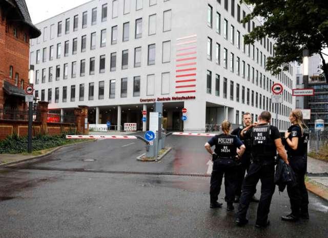 Des policiers allemands se tiennent devant l'entrée des urgences de l'hôpital de la Charité, où Alexei Navalny est soigné, à Berlin, le 22 août.