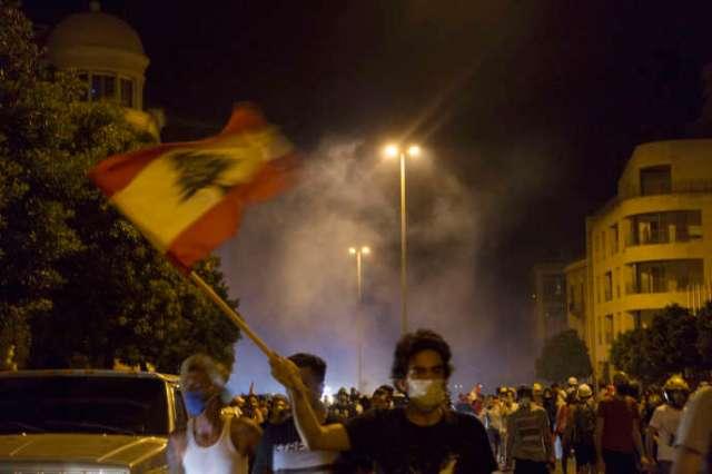 Affrontements entre les manifestants et l'armée, lors du mouvement de protestation, samedi 8 août 2020, sur la place des Martyrs, à Beyrouth, qui a rassemblé des milliers de Libanais en colère contre la classe politique.