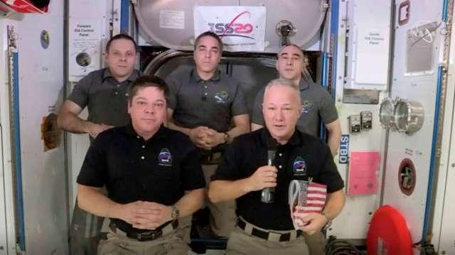 Les astronautes Bob Behnken et Doug Hurley, au premier plan, lors d'une interview dans la Station spatiale internationale, le 1er août.