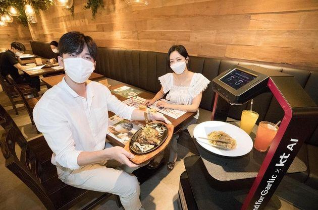 Covid-19 : des robots serveurs dans les restaurants coréens