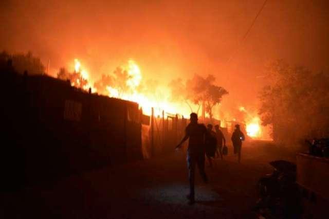 Des migrants s'enfuient alors que le camp de Moria est en feu, le 9 septembre sur l'île de Lesbos.