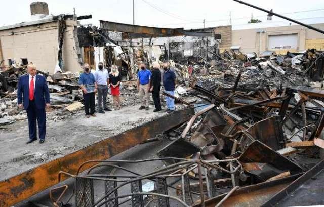 Donald Trump, en visite près des ruines de bâtiments détruits par les émeutes, à Kenosha (Wisconsin), le mardi 1er septembre.