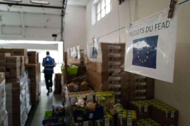 Une affiche portant la mention «Produits FEAD» (Fonds européen d'aide aux plus démunis), dans l'entrepôt d'un centre de distribution du Secours Populaire, à Mulhouse, le 11 juin.