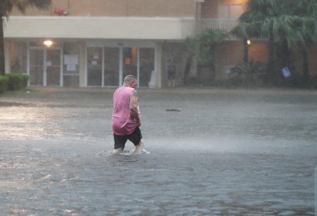 Près d'un parking inondé, le 15 septembre à Gulf Shores, Alabama.