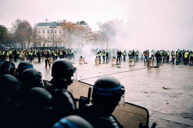 Les gilets jaunes, comme ici le 1er décembre 2018 à Paris, ont d'emblée voulu rompre avec les formes classiques de la manifestation.