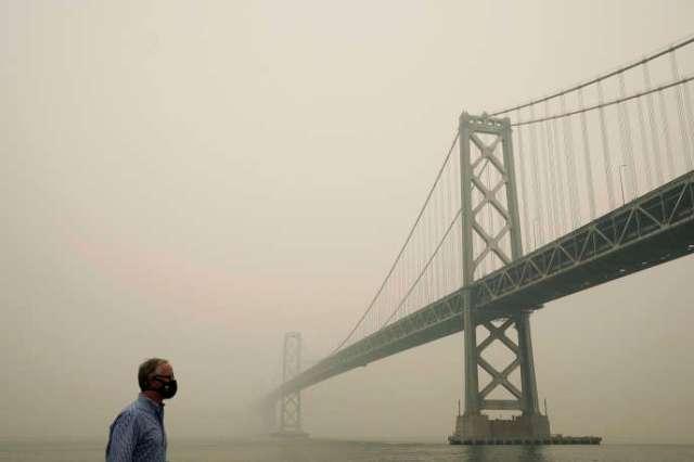 Le pont du Golden Gate sous la fumée à San Francisco, Californie, le 10 septembre.