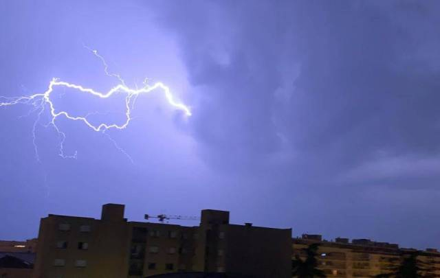 Un éclair au dessus des immeubles du quartier de Saint-Roch à Nice.