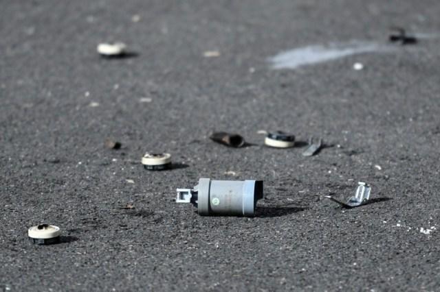 Une bombe de gaz lacrymogène sur le sol devant le commissariat de police de Champigny-sur-Marne cible de tirs de mortiers d'artifice dans la nuit du 10 au 11 octobre 2020.